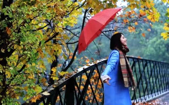 depositphotos_128320964-stock-video-woman-with-red-umbrella-in